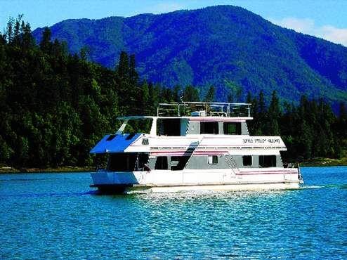 Houseboat On Shasta Lake Ca Lake Shasta Lake Shasta