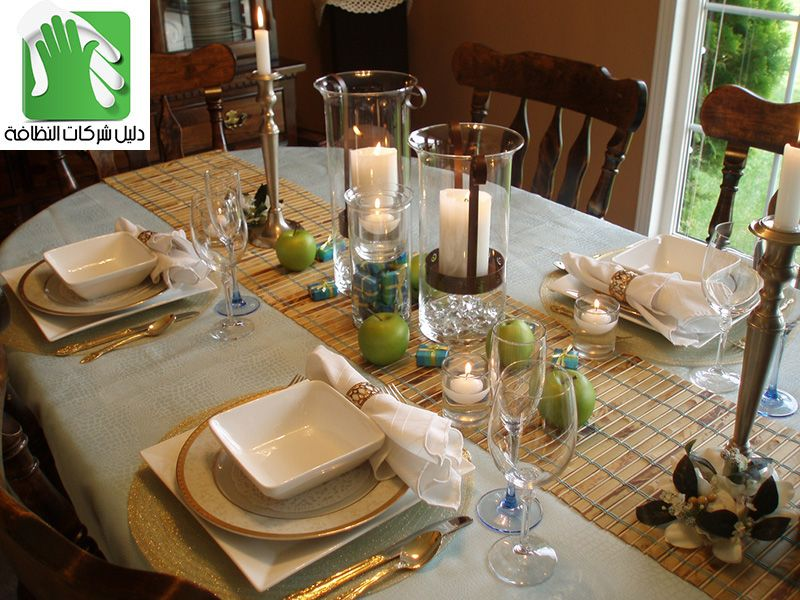 طريقة ترتيب السفرة للضيوف افكار فنون تقديم الطعام بالصور في المنزل الطريقة العائلية بداية من مفرش المائدة المناديل الاطباق والكؤو Table Decorations Decor Table