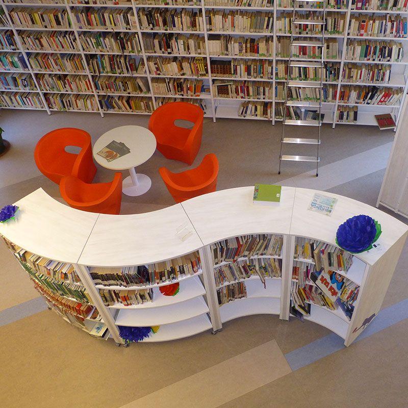 Arredamento biblioteca scaffali per libri mobile curvo for Arredi per biblioteche