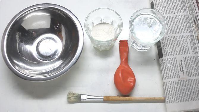 El papel maché es un material rígido muy fácil de elaborar que se puede utilizar para cubrir distintos tipos de superficies. Se suele utilizar para hacer trabajos artísticos y manualidades como esculturas, boles para fruta, marionetas o muñecas, entre otras muchas cosas. La superficie del papel maché es fácil de [...]
