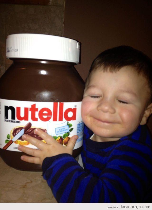 Imagen Graciosa De Un Nino Pequeno Con Un Bote De Nutella Gigante Imagenes De Felicidad Nutella Fiesta De Comida