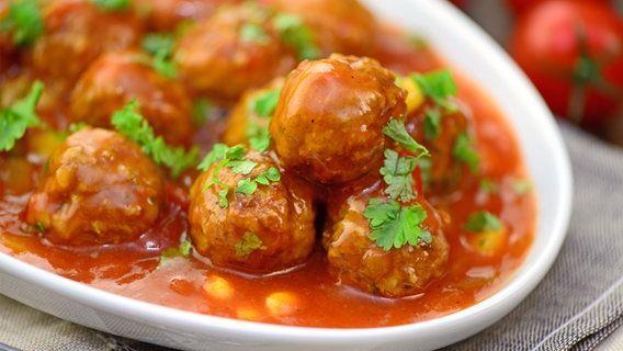 Rezept Parmesan-Hackbällchen mit Tomatensoße | NDR.de - Ratgeber - Kochen
