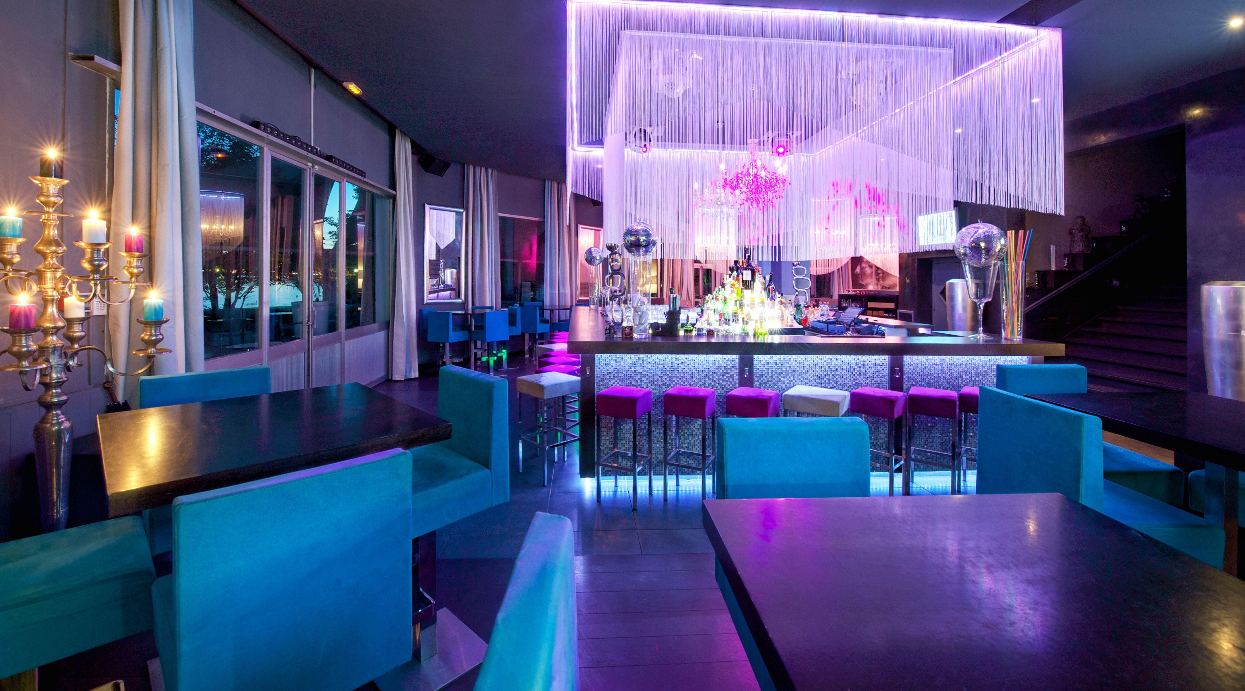 Restaurant Bar Festif Le Moon A Annecy Au Bord Du Lac Ambiance Raffinee Notes Baroques Chics Et Colorees Mosai Decoration Bar Bar Interieur Lustre Baroque