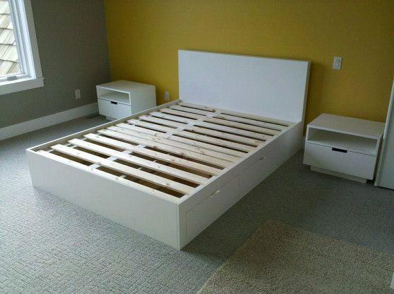 Blanco plataforma cama con almacenamiento de información