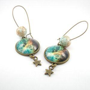 Boucles d'oreille grande dormeuses métal bronze, cabochons en verre motif cosmique et perles en verre café et bleu ciel