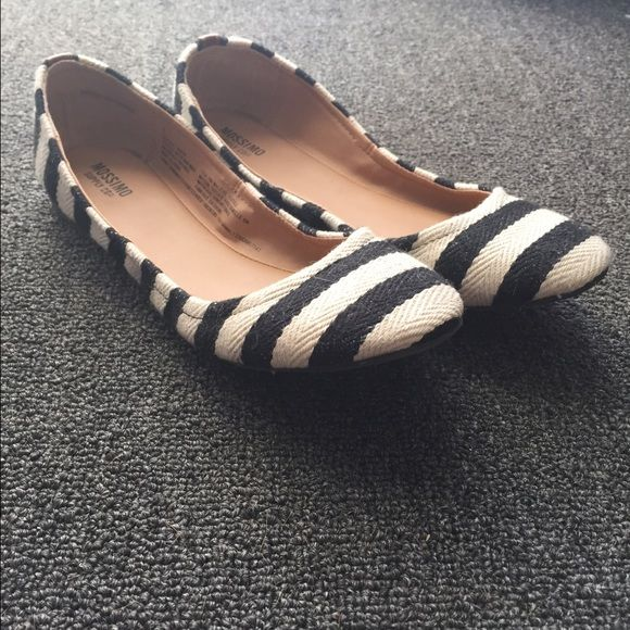 Mossimo flats Only worn twice. Great condition. Super comfortable and cute! Mossimo Supply Co Shoes Flats & Loafers