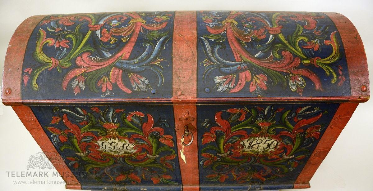 Fra protokollen: Kiste, rosemaala. Merkt G. G. S. E. 1850. Myrkjeblaa gr., raude bd., kvite spjøll med raud, avlangrund raame. Framme 2 grøne hovudsveivar og ein blaa c nede, raude avvik. Paa loket stor raud hovud-c med X inni av blaa og grøn c. Tvikrampa laas, vanleg god heimejarning i grovt mynster, 3 hyrnejarn. Nøkkel og håndtak på hver side.