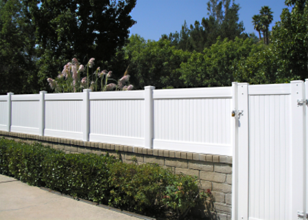 Solid Privacy Vinyl Fence Installed On Top Of A Retaining Wall Backyard Retaining Walls Vinyl Fence Fence Design