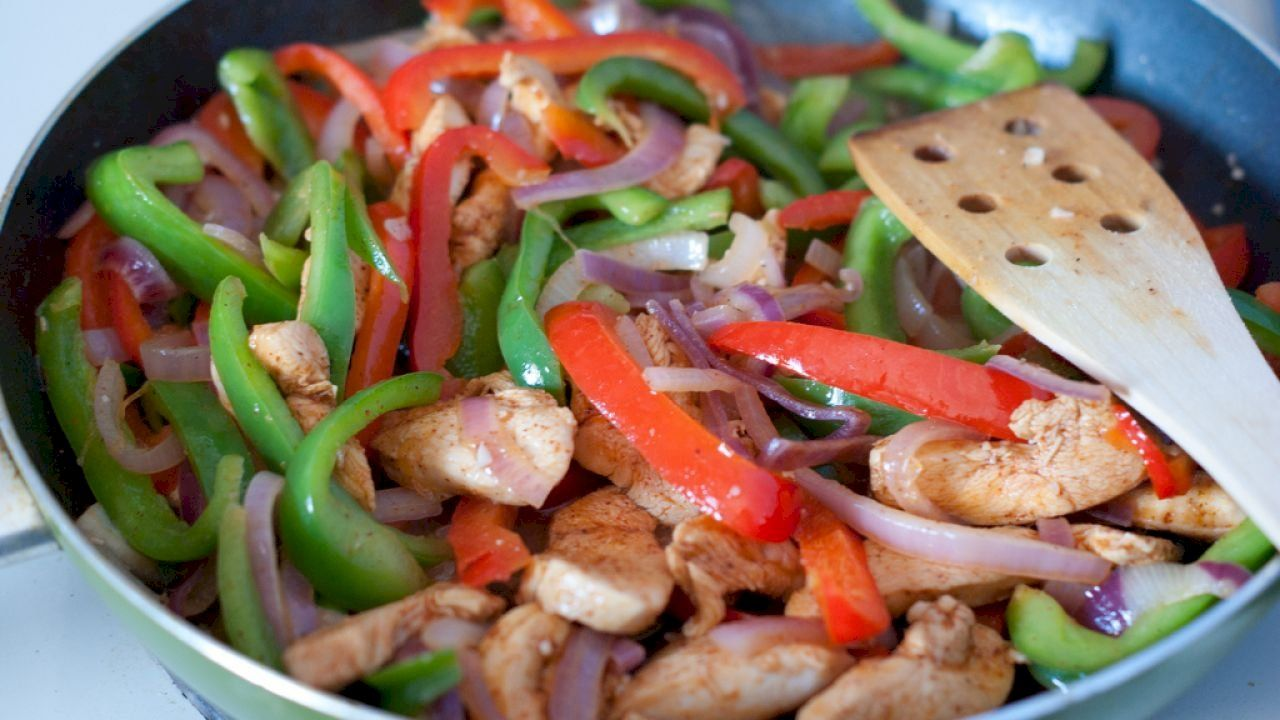 طريقة فاهيتا الدجاج Fajita Salad Recipe Chicken Fajitas Chicken Recipes