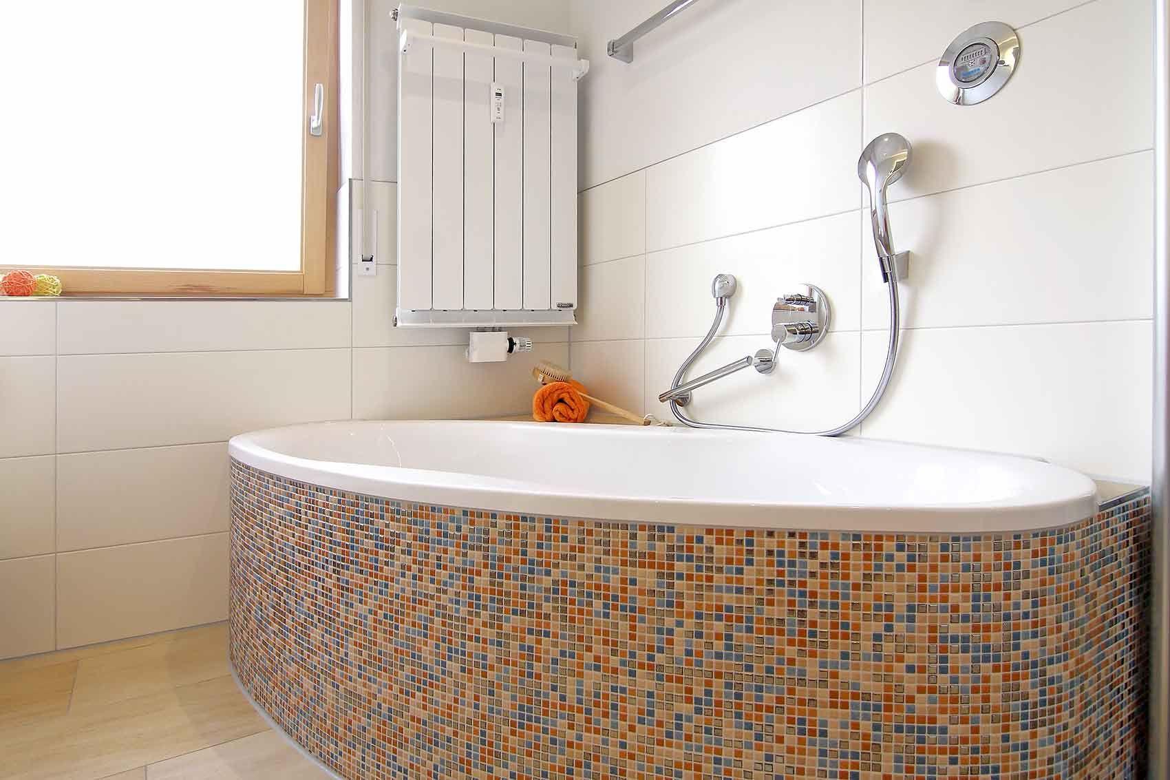 Mit Mosaik Badezimmer Aufpeppen Badewanne Mit Bunten Mosaikfliesen