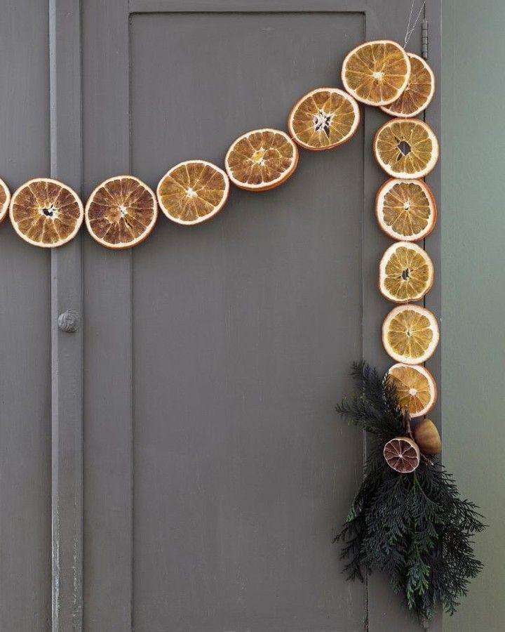 """Lantliv on Instagram: """"Julens mest väldoftande girlang gör du av torkade apelsinskivor och kvistar av tuja. Torka apelsinskivor på galler i ugnen, cirka 50–100…"""" #julideer"""