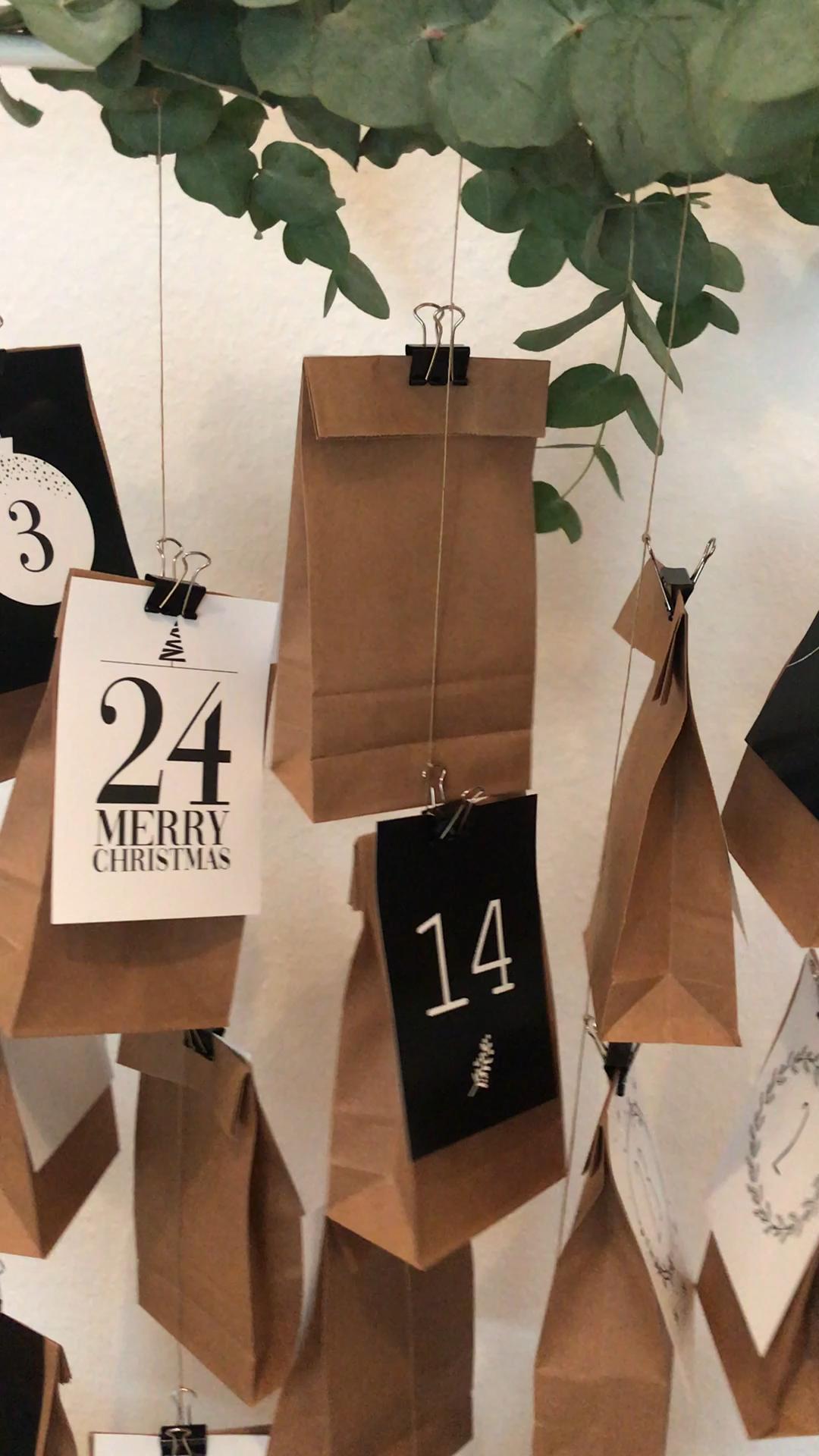 Wunderschöne Adventskalender bestehend aus 24 individuell gestaltete Karten im Format A6 - in Kombination mit Papiertüten und Klammern ein schönes Geschenk!