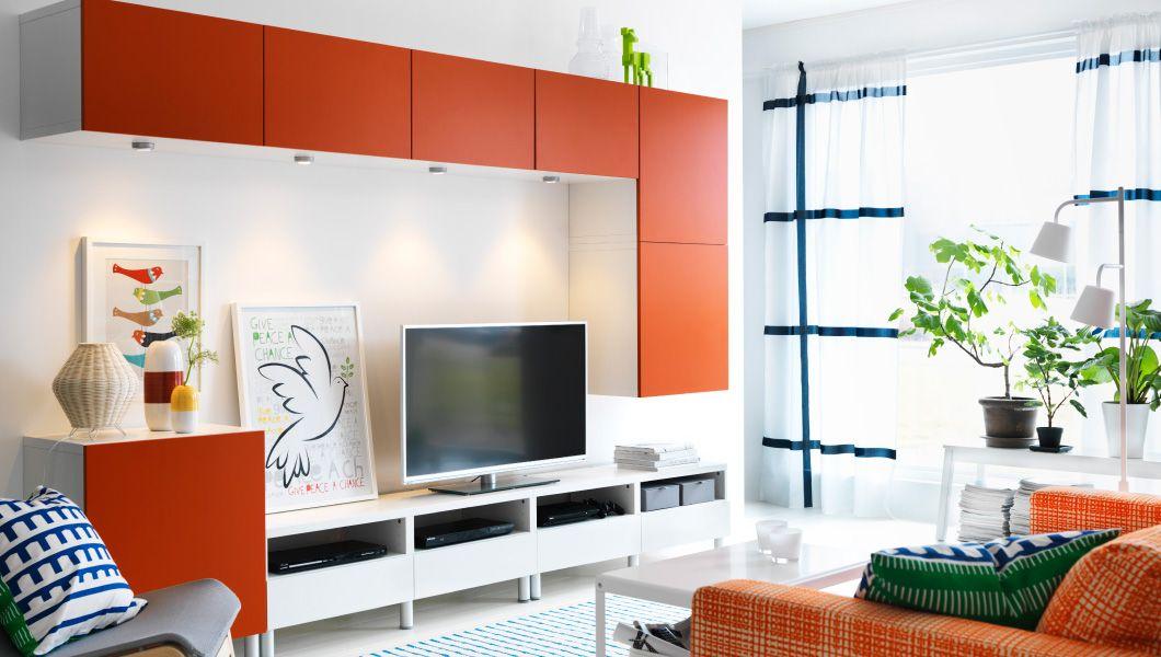 Wohnzimmer in Orange und Weiß, u. a. mit BESTÅ TV-Möbel ...