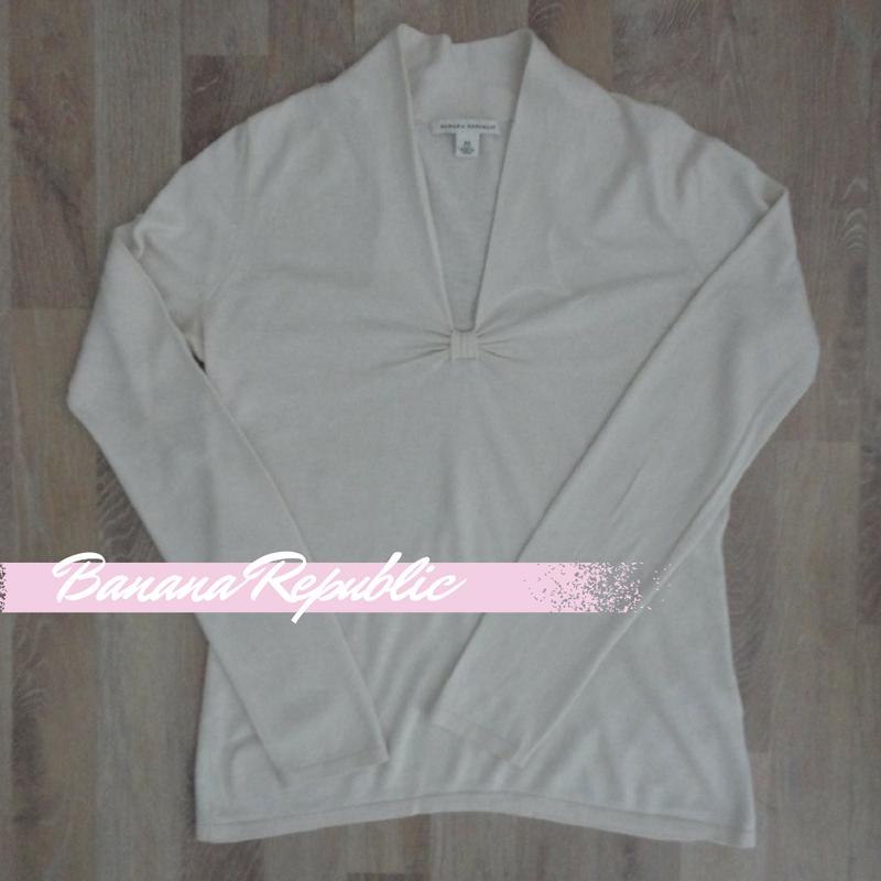 Sweater de seda y cashmere, color crema, escote en V con frunce #BananaRepublic #PocoUso #ModaSustentable. Compra esta prenda en www.saveweb.com.ar!