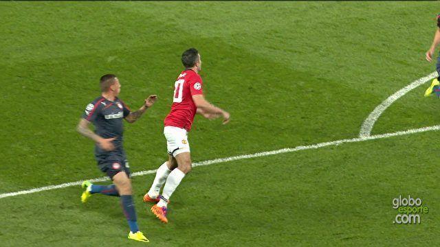 Van Persie faz três gols, United vence Olympiacos, vira confronto e avança | globoesporte.com