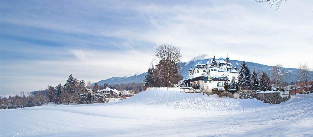 Tirolin Alpeilla, vain viisi kilometriä maakunnan pääkaupungista Inssbruckista, kuuluisalla Iglsksen ylätasangolla Iglsksen linna toivottaa vieraat kaikkialta maailmasta tervetulleiksi.