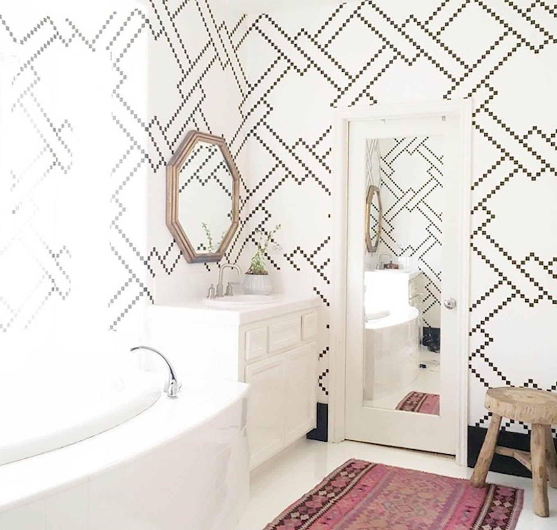 3 Powder Rooms That Will Make You A Wallpaper Believer Hello Fashion White Bathroom Black White Bathrooms Pretty Bathrooms Fashionable style bathroom wallpaper