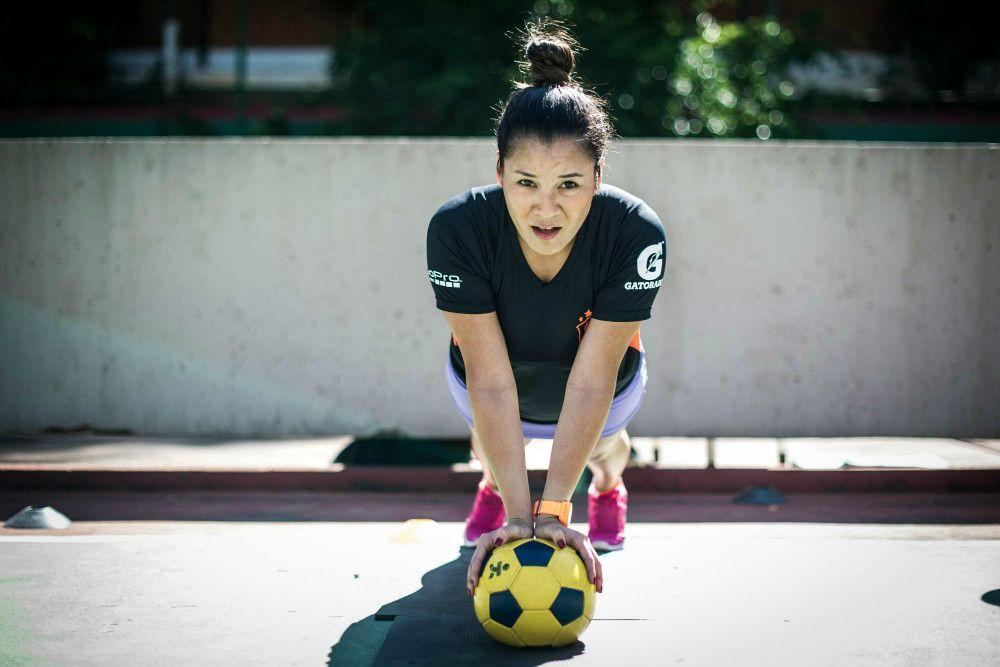 """Conheça a nova modalidade """"irmã"""" do CrossFit: o CrossFut! Esse exercício une exercícios funcionais com movimentos do futebol num treino bem divertido."""