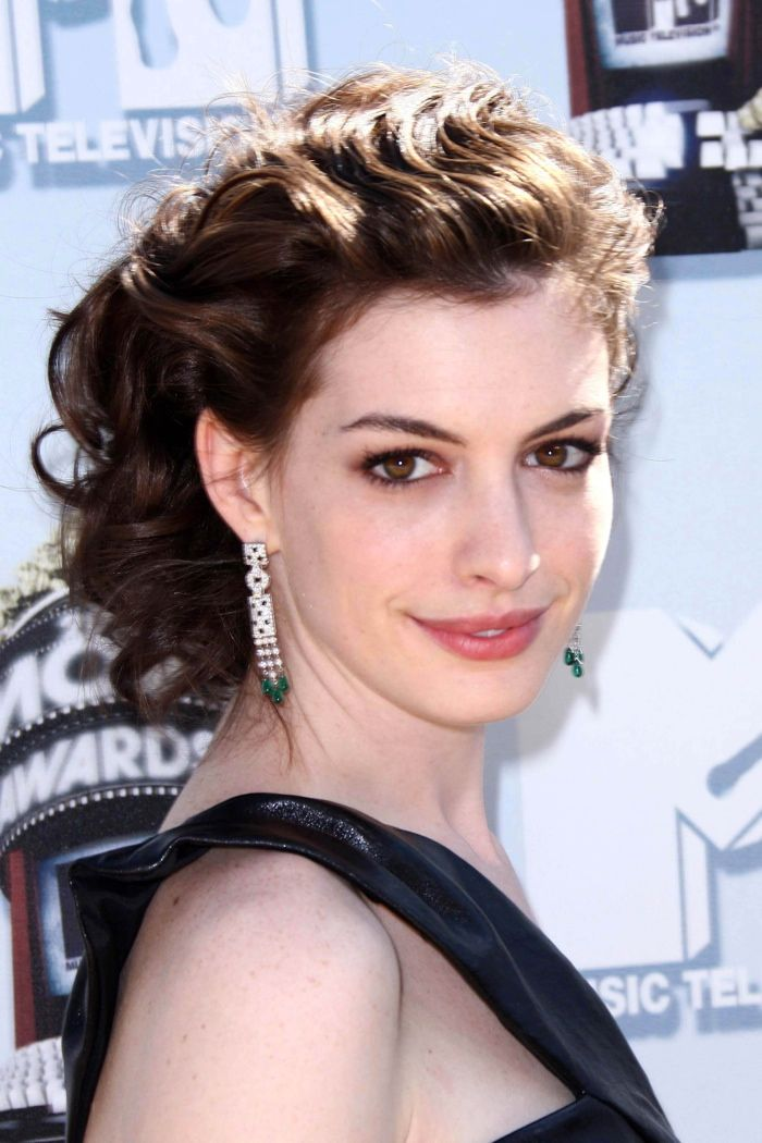 Anne Hathaway S Best Hairstyles From Long To Short Anne Hathaway Short Hair Anne Hathaway Haircut Hairstyle