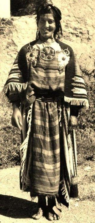 femme kabyle portant une ancienne tenue sur ses paules on peut voir axellal une sorte de. Black Bedroom Furniture Sets. Home Design Ideas