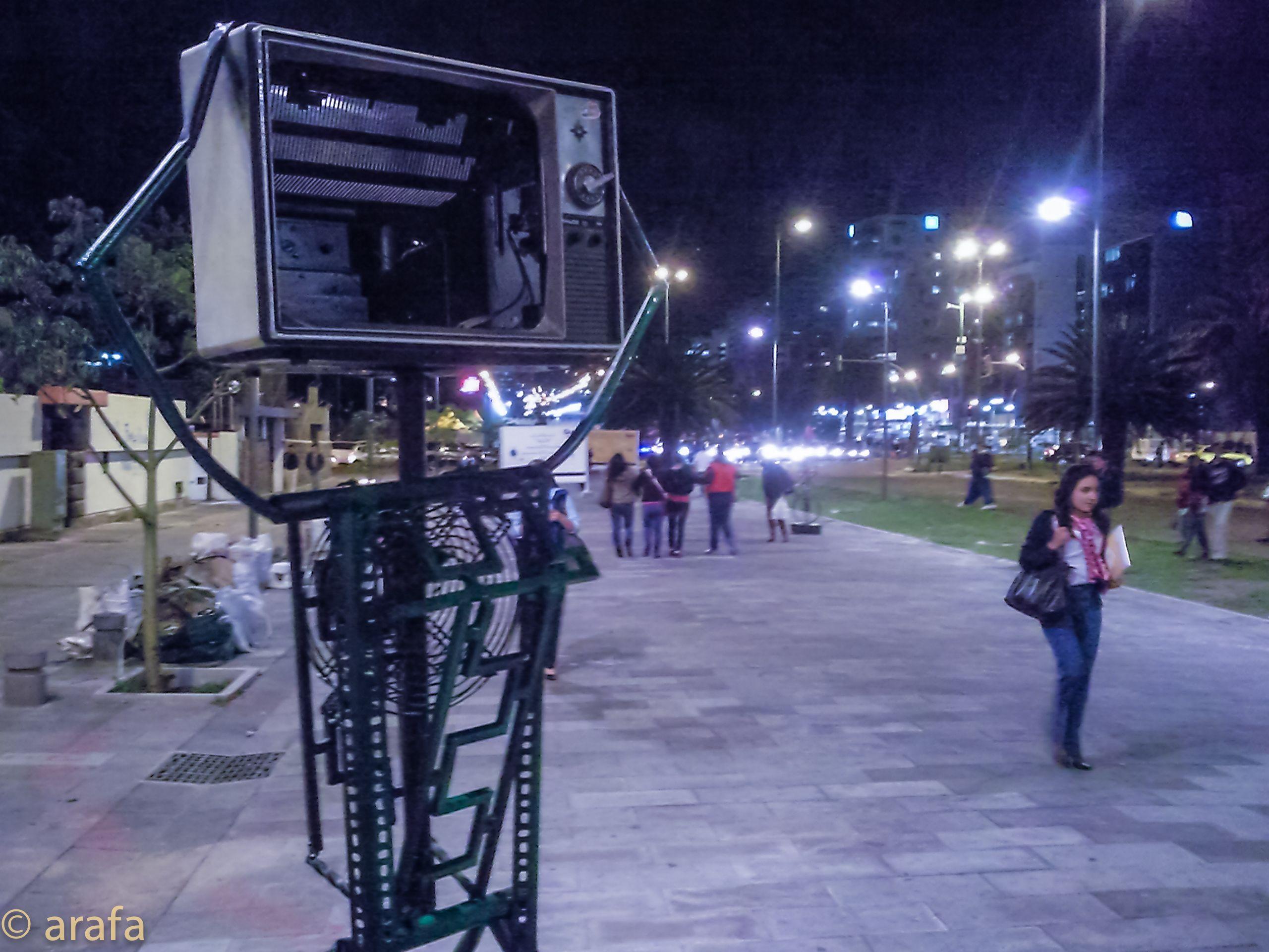 """Lectura Peatonal 2013-2014. Instalación, letras sobre el piso en acrilico, acompañadas de esculturas hechas a partir de reciclaje. Parte de la exhibicion """"Piedaleando"""" Bulevard NNUU Quito."""