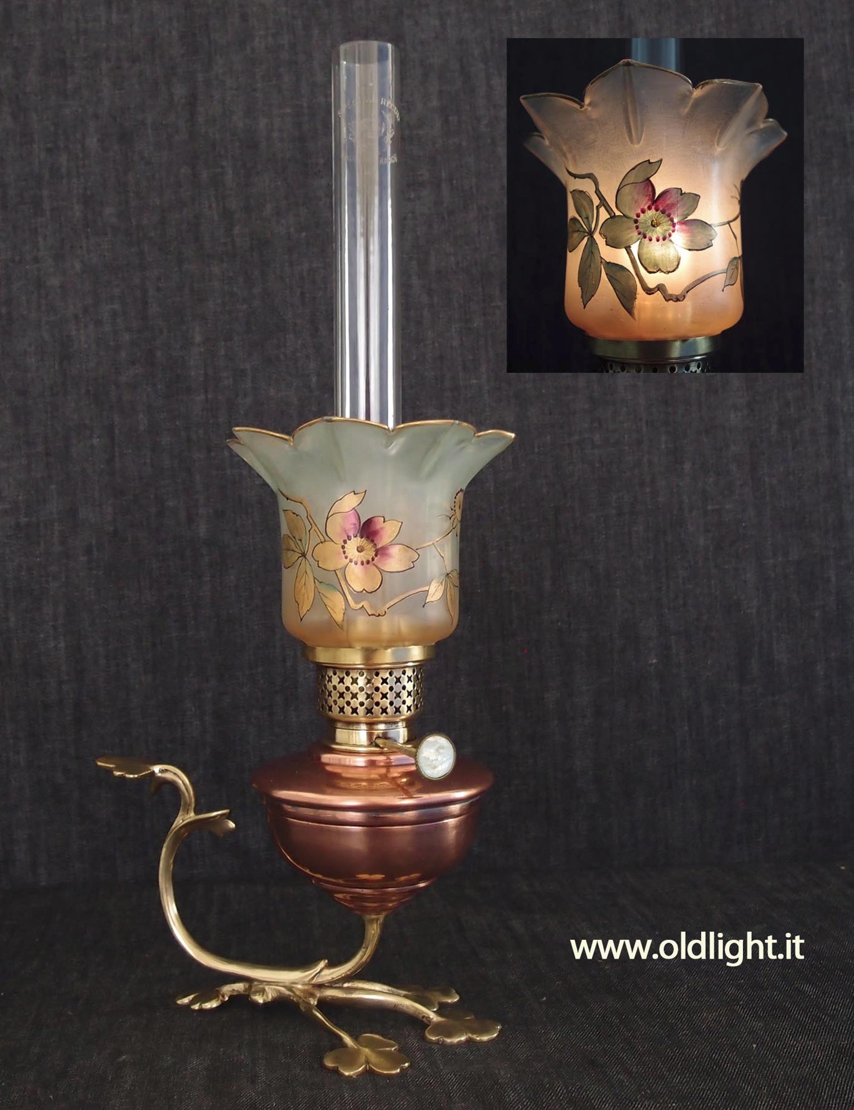"""Originale lampada Francese stile Art Nouveau ( palesemente ispirata allo stile Inglese ARTS & CRAFTS di W.A.S. BENSON - 1854-1924 Hammersmith - Londra ). Realizzata in rame e fusione di ottone; Bruciatore 10"""" ( con regolatore stoppino in madreperla ) BOUVRARD & V ILLARS - S.te S.G.D.G. - PARIS. in uso, dal 1885, presso le ferrovie Francesi S.N.C.F.; Tubo cristallo per Kosmos 10'''; Paralume tulipano 9 petali in cristallo con decorazioni floreali realizzate a mano ( stile François-Théodor"""