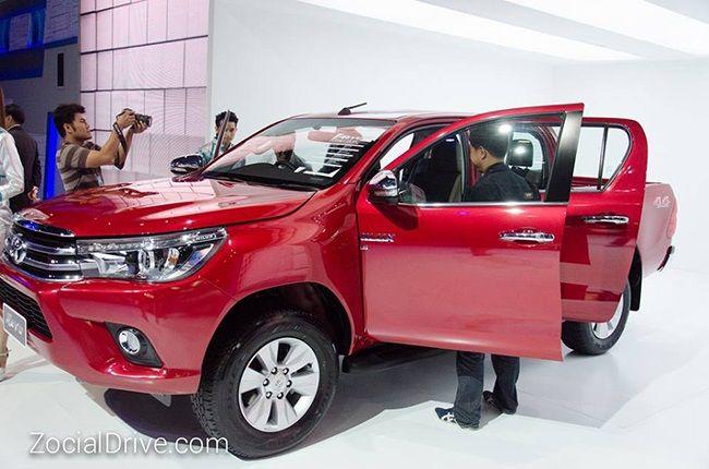 Xe bán tải Toyota Hilux thế hệ thứ 8 chuẩn bị ra mắt với 33 phiên bản cùng nhiều tùy chọn, phiên bản cao cấp nhất giá 34.000 USB được đánh giá là đối thủ trực tiếp với Ford Ranger Wildtrak.