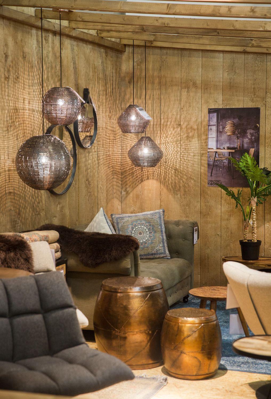 Sfeervolle woonkamer met landelijke bank, Oosterse accessoires en ...