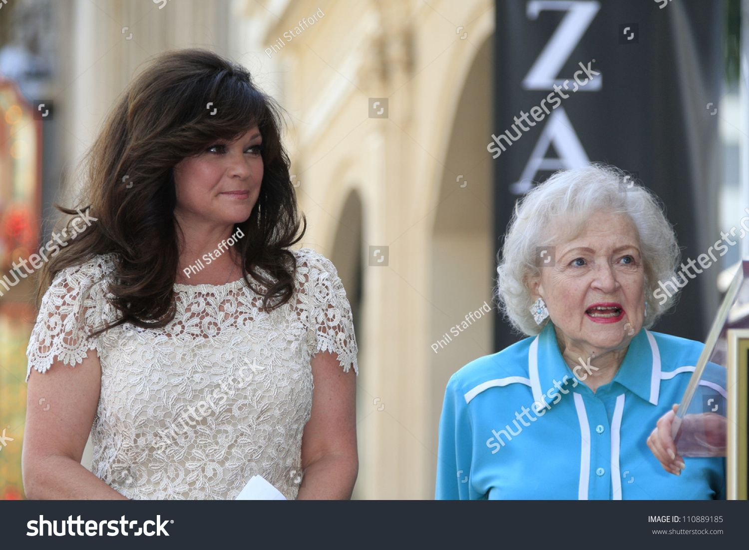 Los Angeles Aug 22 Valerie Bertinelli Betty White At A Ceremony Where Valerie Bertinelli Is Honored With A Sta Ad In 2020 Betty White Valerie Bertinelli Ceremony