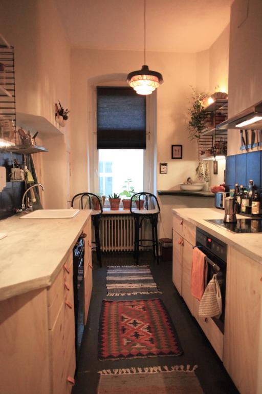 einrichtungsidee f r schmale k che mit k chenzeile und essbereich k che einrichtung kitchen. Black Bedroom Furniture Sets. Home Design Ideas