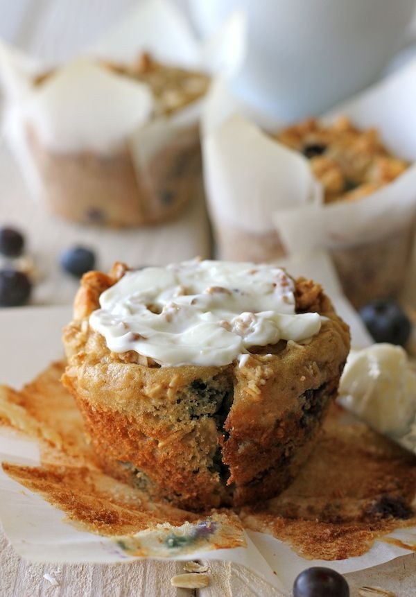 Blueberry Oatmeal Muffins with Granola Crumb Topping - The perfect way to start your mornings with these healthy, hearty muffins!