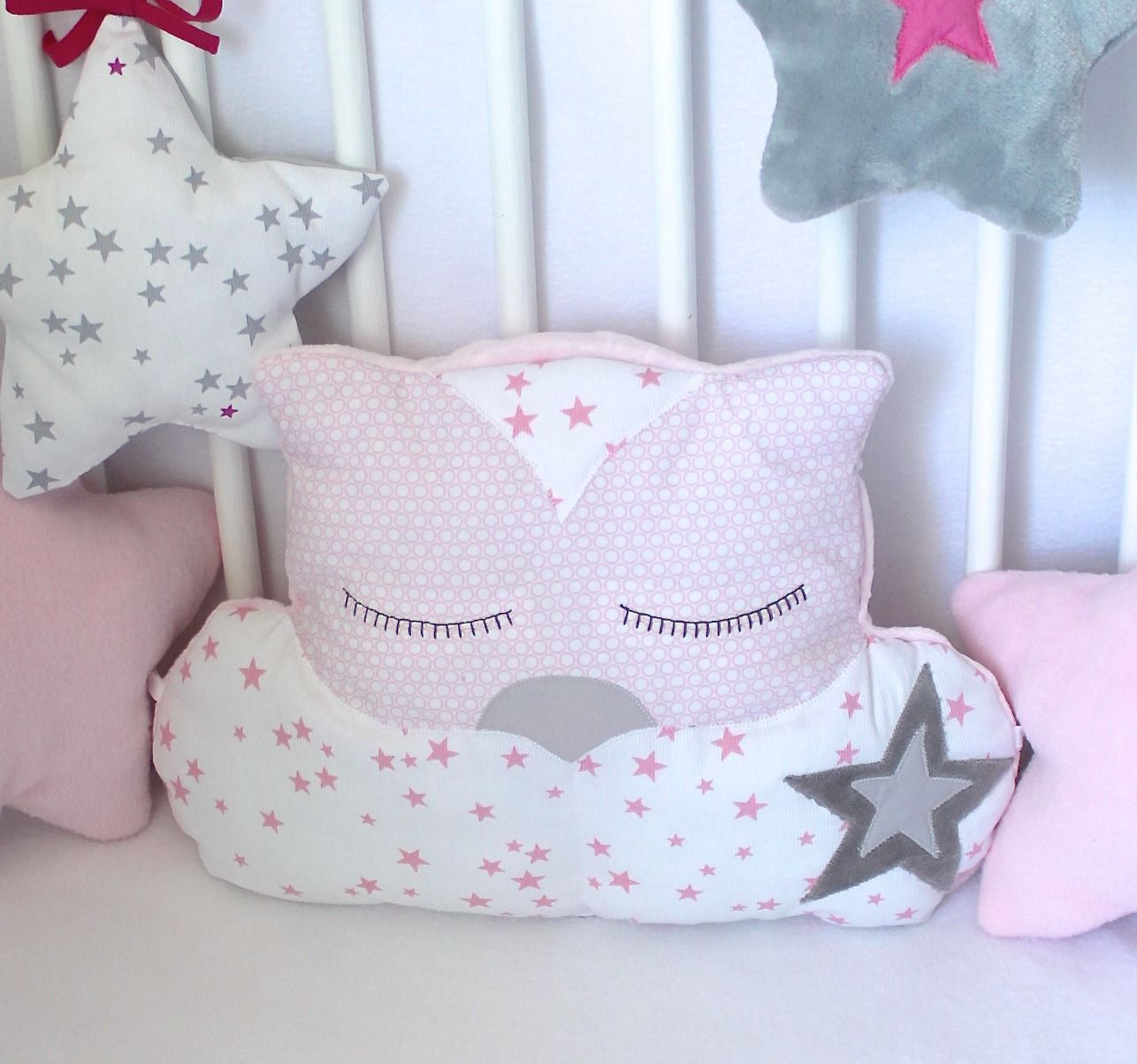 coussin chat rose pour tour de lit b b linge de lit enfants par petit lion vet bebe. Black Bedroom Furniture Sets. Home Design Ideas