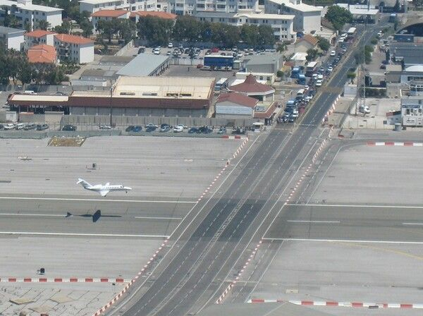 10 Most Terrifying Airport Runways In The World Flugzeug