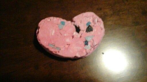 Corazón de yeso marmolado con venecitas cortadas