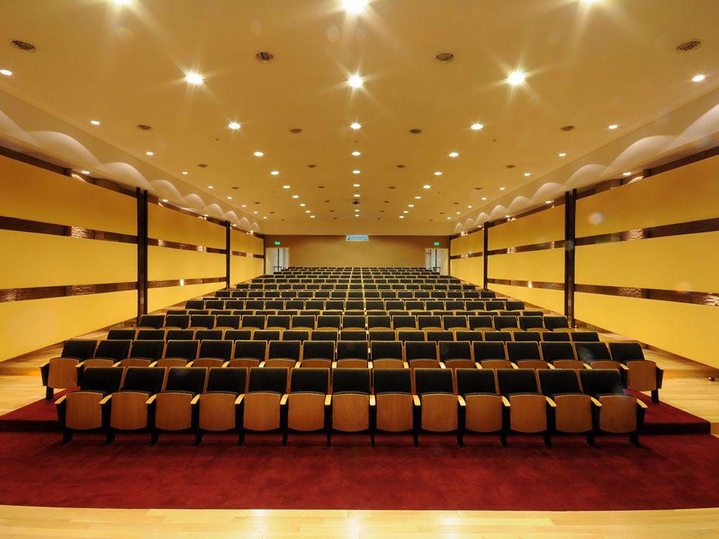 Butacas De La Empresa Rassegna En El Auditorio De La Universidad