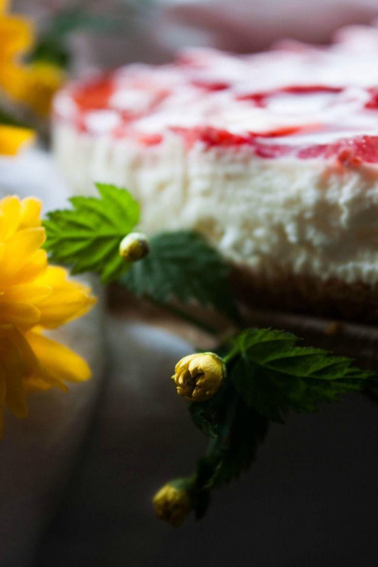 No-Bake Yogurt Cream Cake with Strawberries | my blue&white kitchen