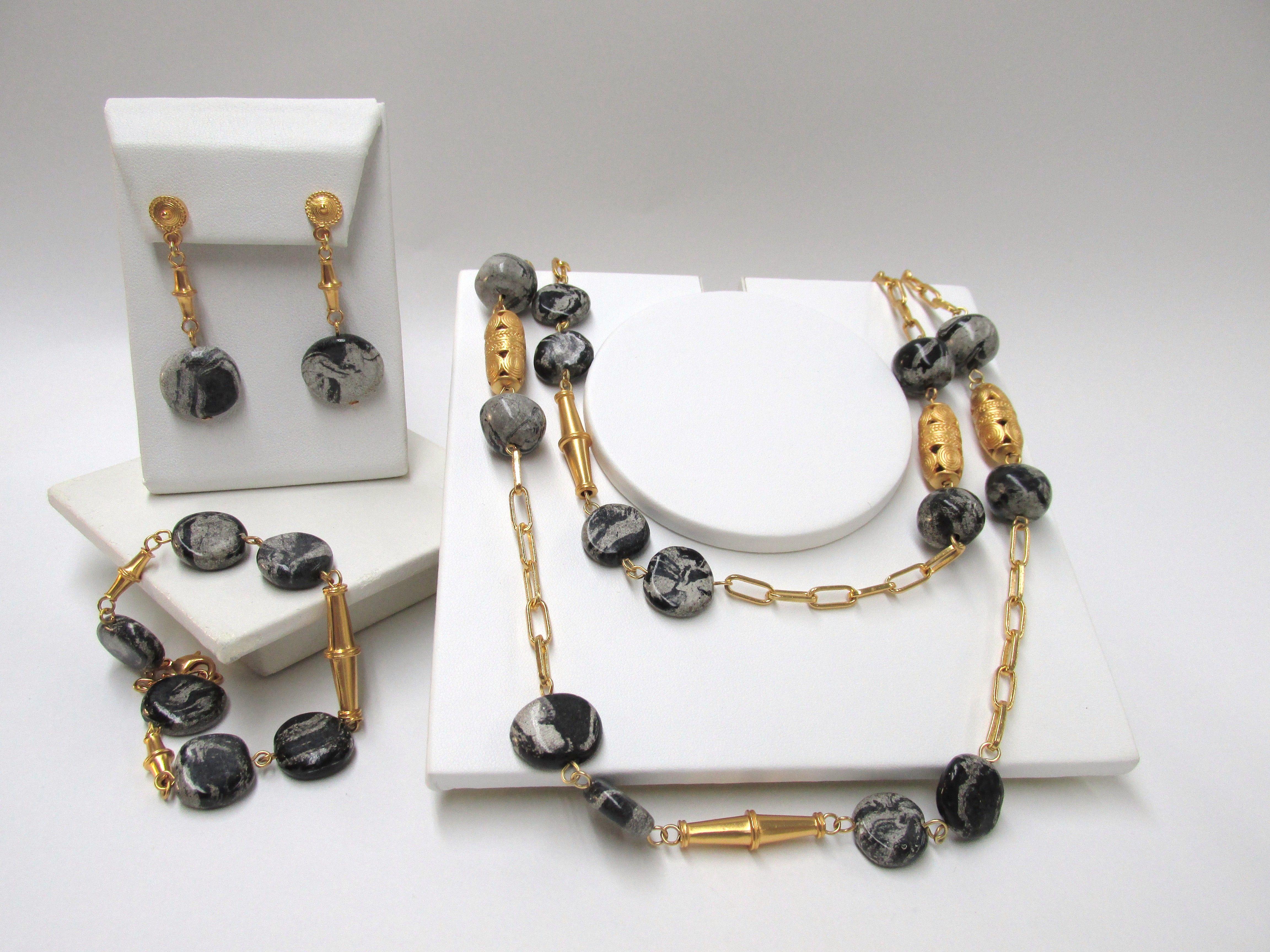 7477b2a1f005 Hermoso Juego de collar pulsera y aretes con piedra tairona negra y enchape  en oro CSAFTP