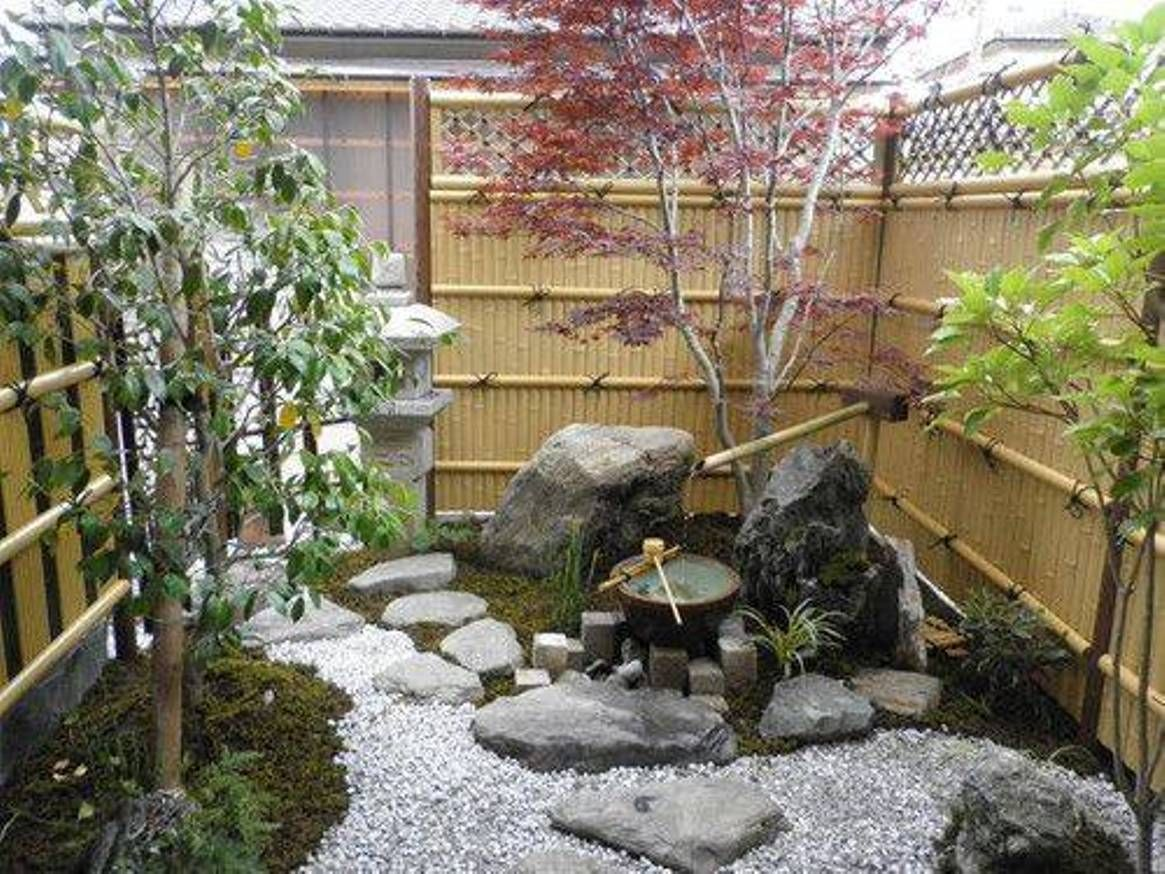 Small Japanese Gardens With Bamboo Fences And Fountain