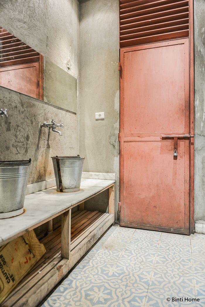 The restroom at Zoöba restaurant  Door, Window...  Pinterest  화장실, 욕실 ...