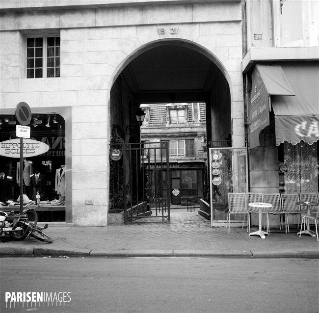 Paris (VI-th arrondissement). Entrance of the passage du Commerce, rue Mazarine…