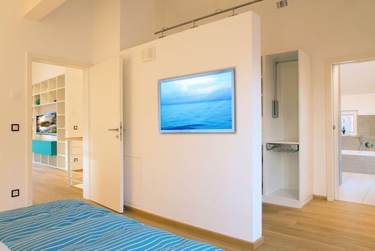 schlafzimmer mit blick ins bad im musterhaus ulm - plusenergiehaus, Innenarchitektur ideen