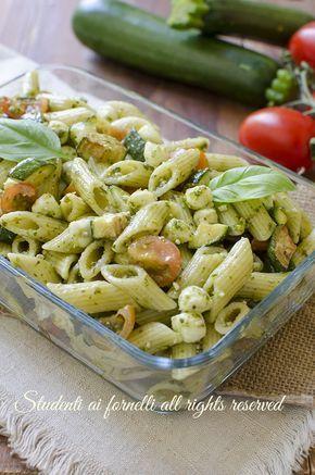 ricetta pasta fredda zucchine pesto con mozzarella e pomodori ricetta primo facile insalata di pasta estiva veloce