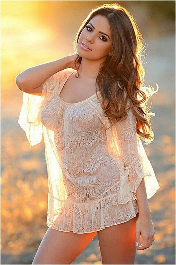 красивая девушка в прозрачном платье здесь есть