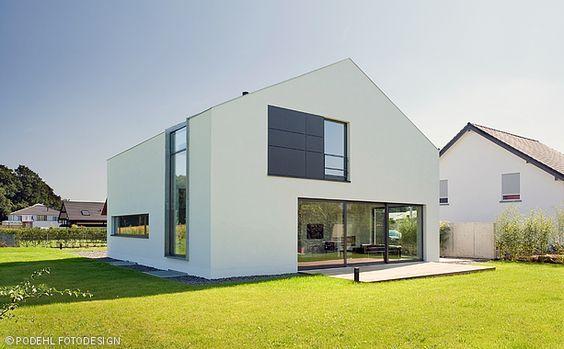 Ein Modernes Und Schlicht Gehaltenes Einfamilienhaus Mit Einem Grossen Garten Das Viel Platz Fur Zwei Personen Bie Haus Architektur Architektur Einfamilienhaus