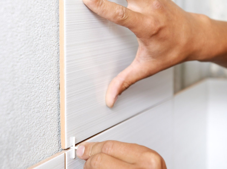 Comment Poser Du Carrelage Mural Sans Colle Avec Cristalgrip Leroy Merlin En 2020 Avec Images Carrelage Sol Poser Du Carrelage Parement Mural