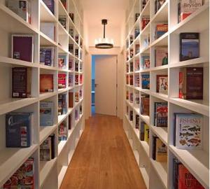 Virker noget snævert - og hvis de ikke har flere bøger end det der er på billedet, såååå...