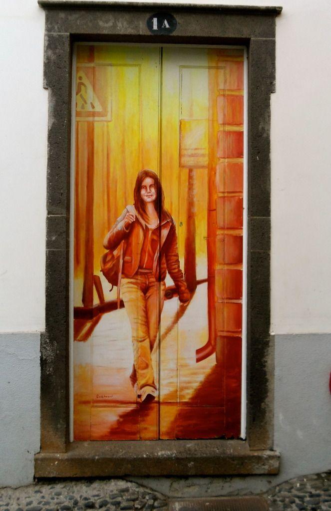 Natřené dveře ve Funchalu.