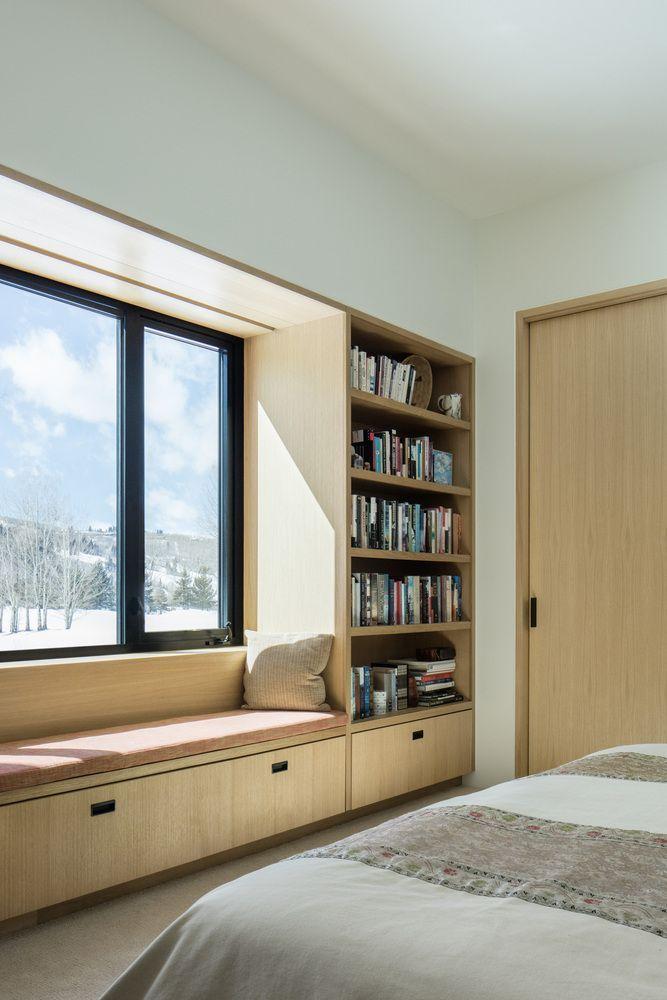 Fensterplatz mit Bücherregal