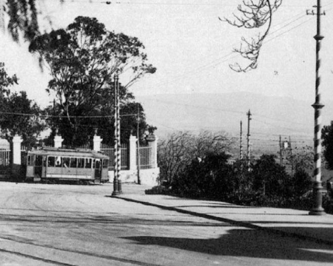 Cagliari, foto del tram che arrivava in Castello, piazza