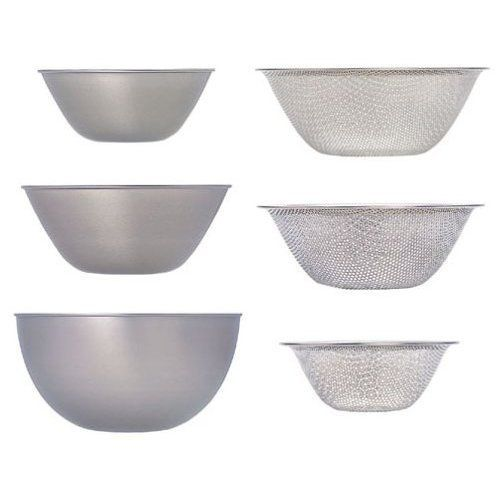 Nesting Bowls and Strainers by Sori Yanagi: Deceptively ordinary stainless steel bowls, yet meticulously designed so that you can remove one without taking the whole stack out. #Bowls #Strainers #Sori_Yanagi